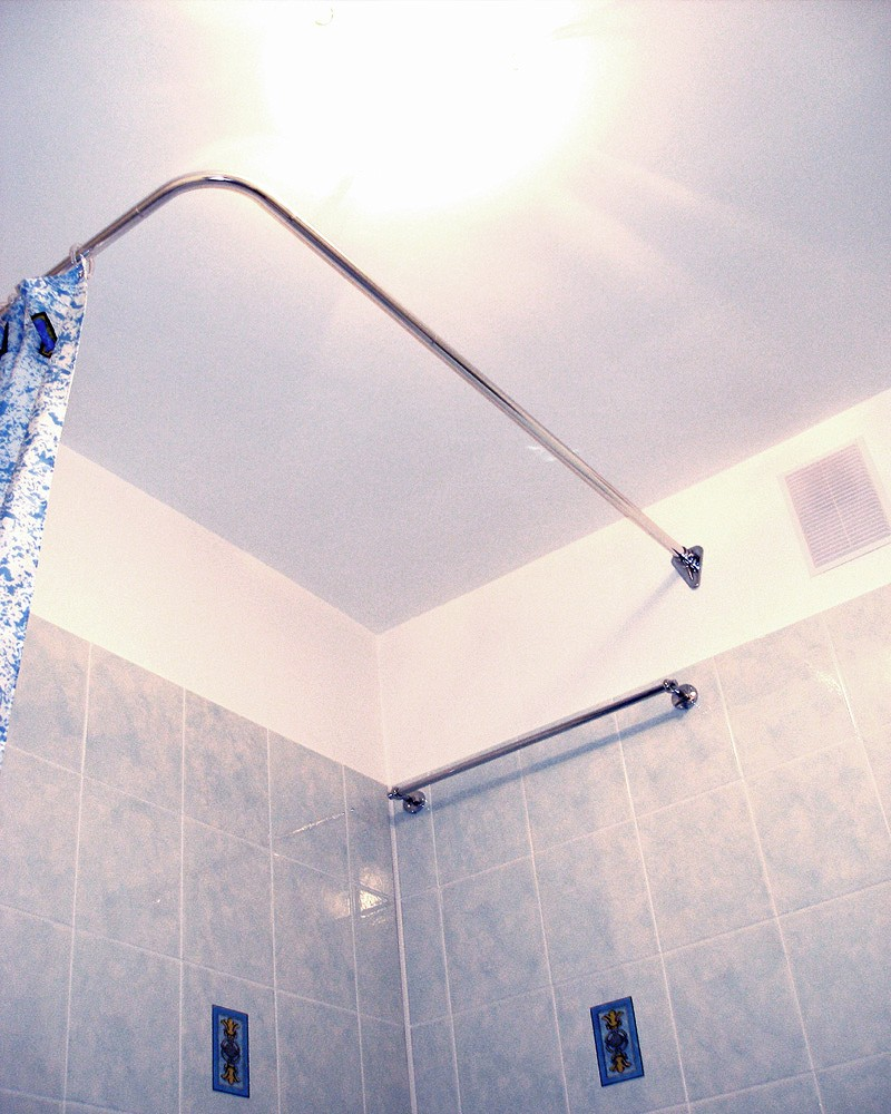 Как правильно выбрать карнизы и угловые шторы в ванную комнату: фото